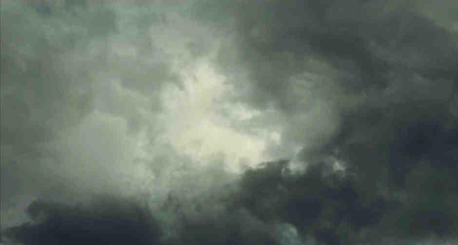 Grauer Himmel nach Regen