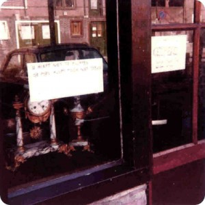 Schaufenster eines Antiquitätenladens
