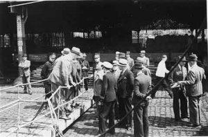Kapitätn Schröder verhandelt in Antwerpen